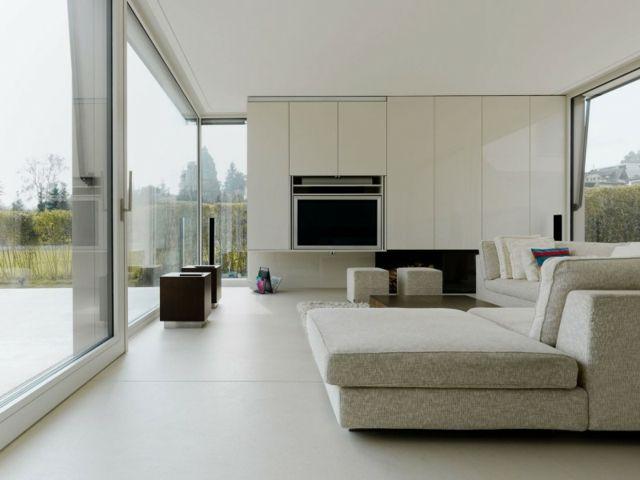 einrichten graues Sofa weiße Wohnwand Hochglanz verglaste Wand
