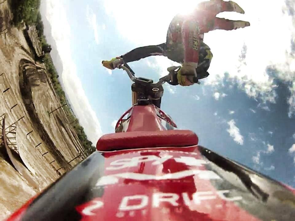 Nuestro atleta y piloto de FMX, Astroboy Villegas con esta espectacular foto de freestyle.