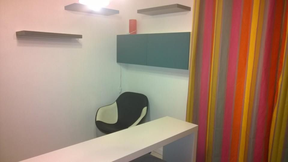 Meuble suspendu bureau au dessus du lit de chez ikea pratique