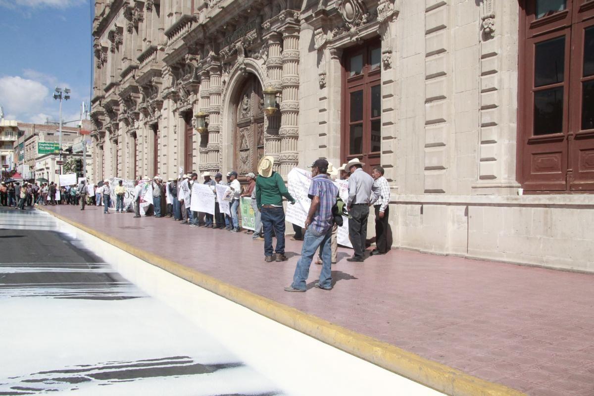 Productores de lacteos en el estado tiran más de 12 mil litros de leche frente a Palacio de Gobierno | El Puntero