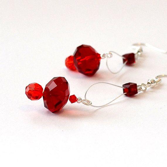 Boucles doreilles perles de cristal rouge / Boucles par CestLundi, $22.00