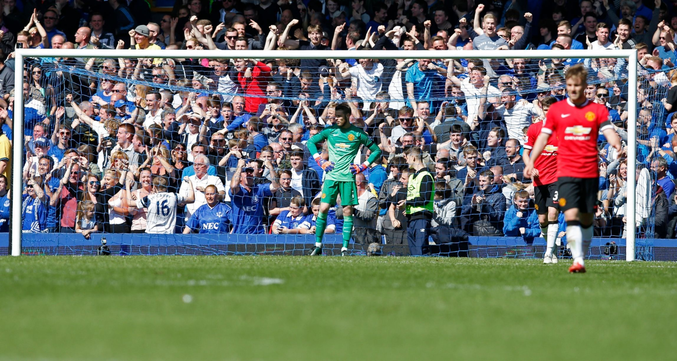 David De Gea looks dejected after Kevin Mirallas scores the third goal