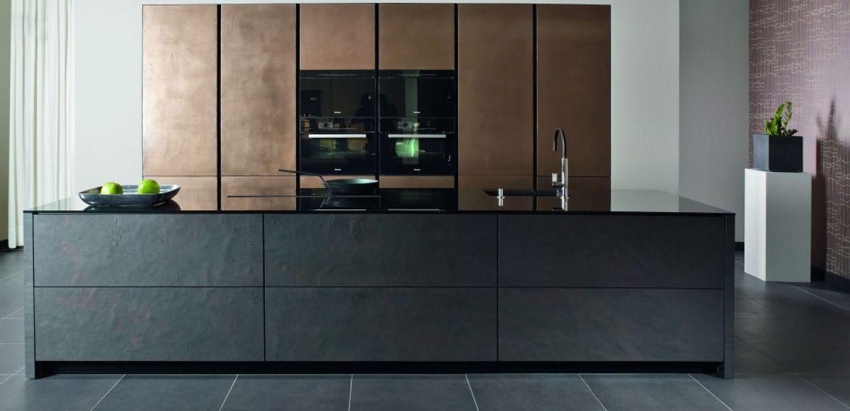 Kücheninsel mit echter Schiefer Front, Hochschränke in Bronze ...