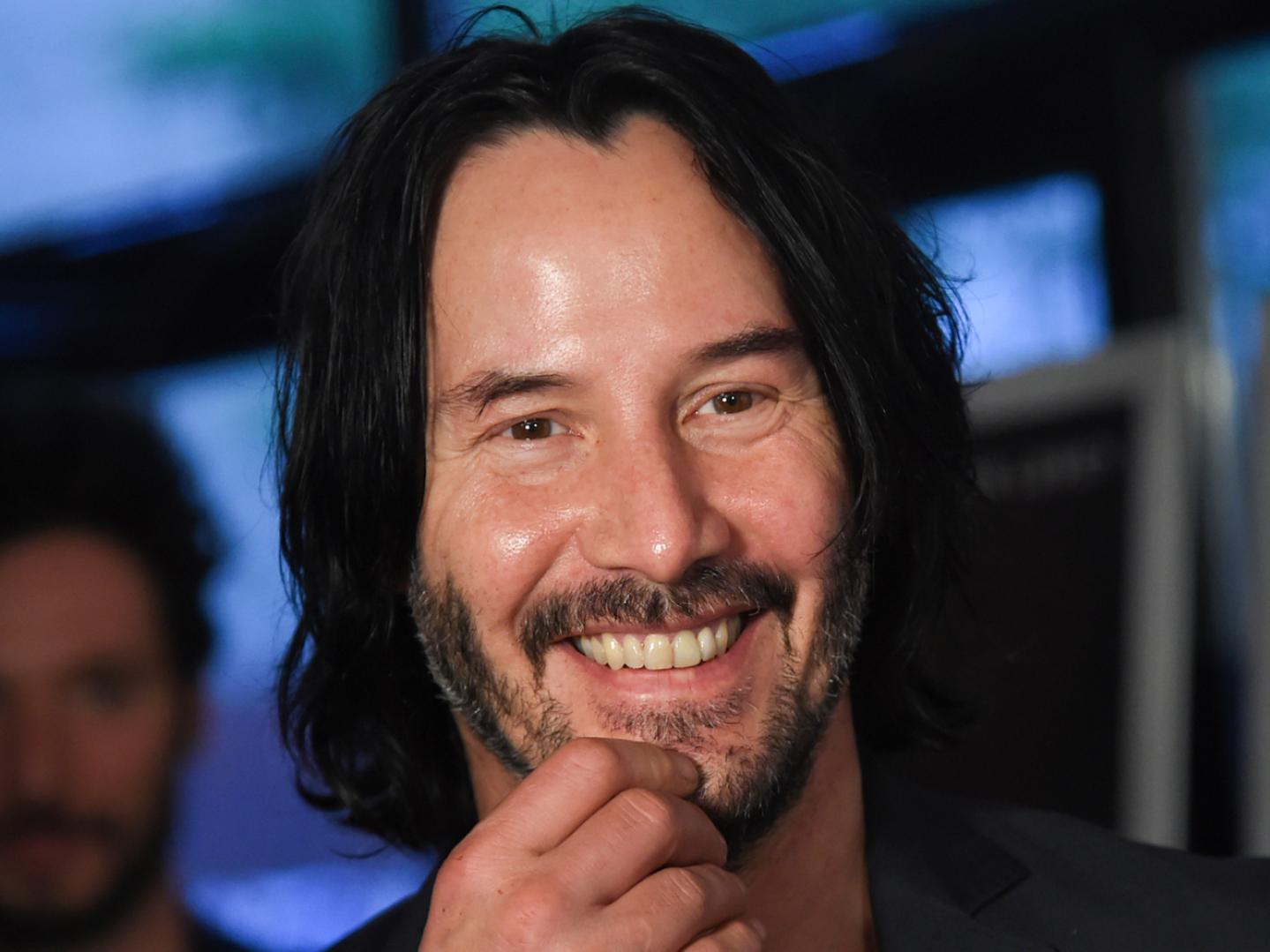 Keanu Reeves Saw A Fan Left An Adorable Sign For Him On His Way To Set And The Actor Jumped Out Of The Car To Autograph Keanu Reeves Ted Movie