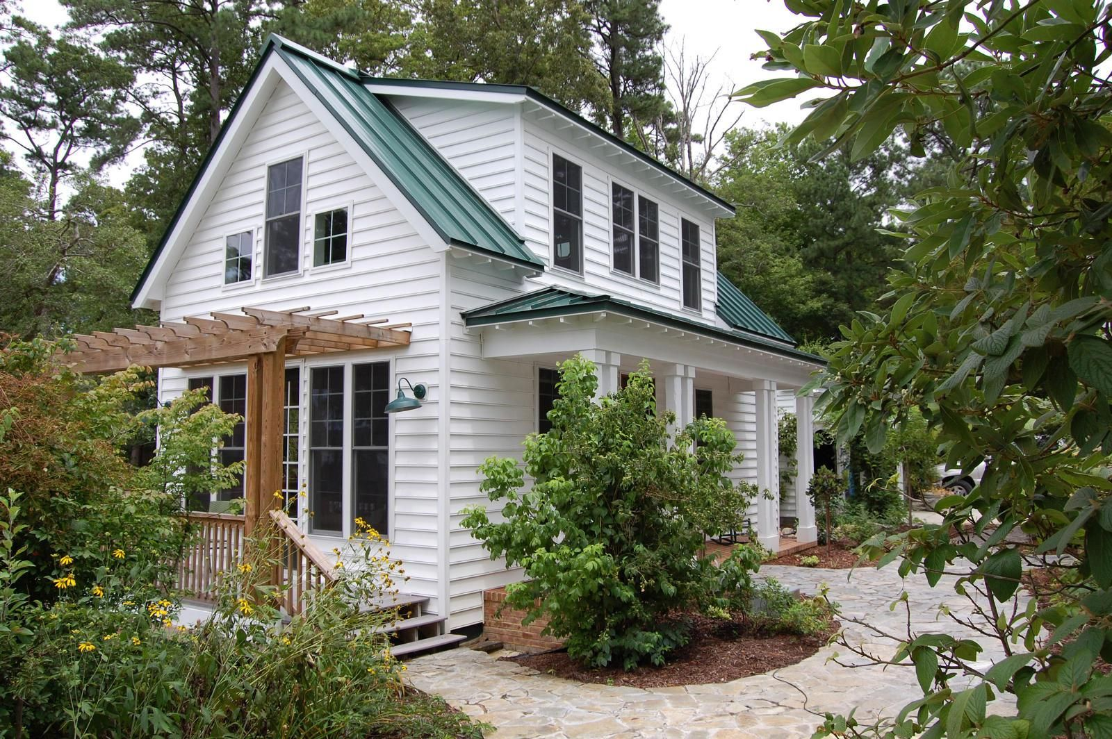 This traditional katrina cottage design has 3 bedrooms for Small cottage home designs