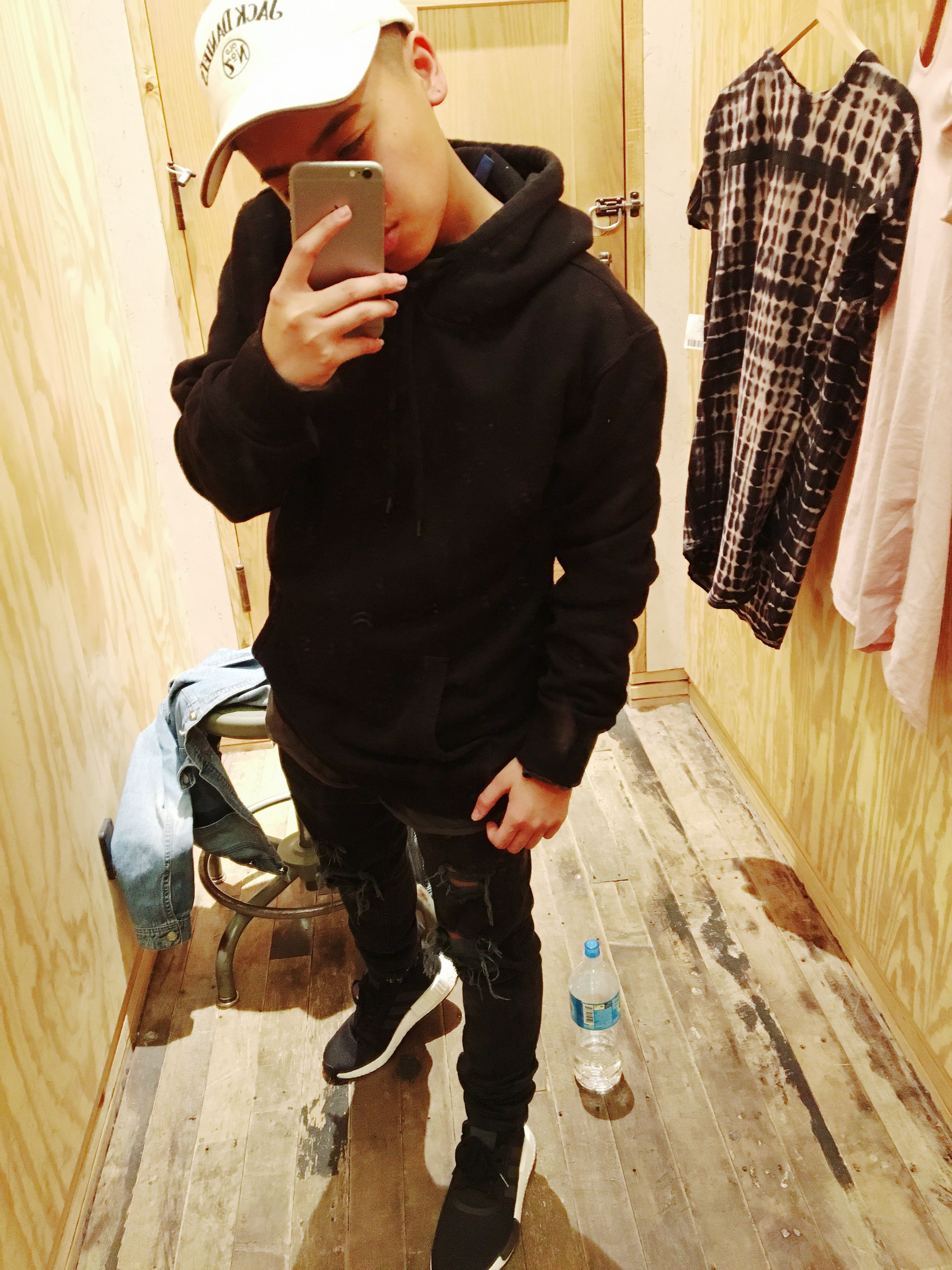 5fb9ade55b87e black  hoodie  ripped  jeans  nmd  adidas  street  outfit  men
