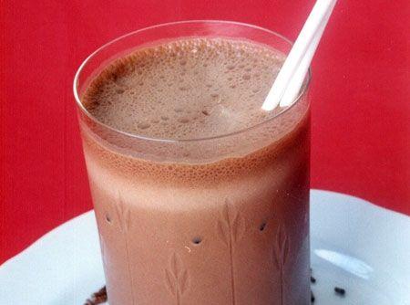 Receita de Suco de Banana com Chocolate - 500ml de leite, 1 xícara(chá) de chocolate em pó, 1 banana maçã picada, 2 colheres(sopa) de açúcar mascavo