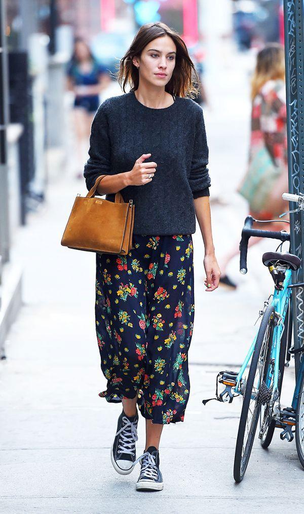 97b3760ed Alexa Chung apostou no vestido floral, converse de cano alto e tricot cinza.