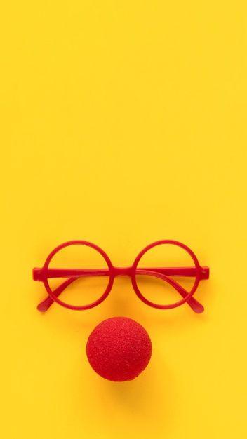 Cadres de lunettes en plastique rouge simples et nez de clown en mousse rouge.   – פורים