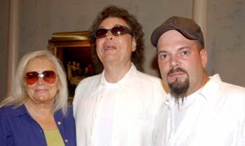 Ronnie Milsap Wife | Ronnie Milsap (center) with wife Joyce and son Todd