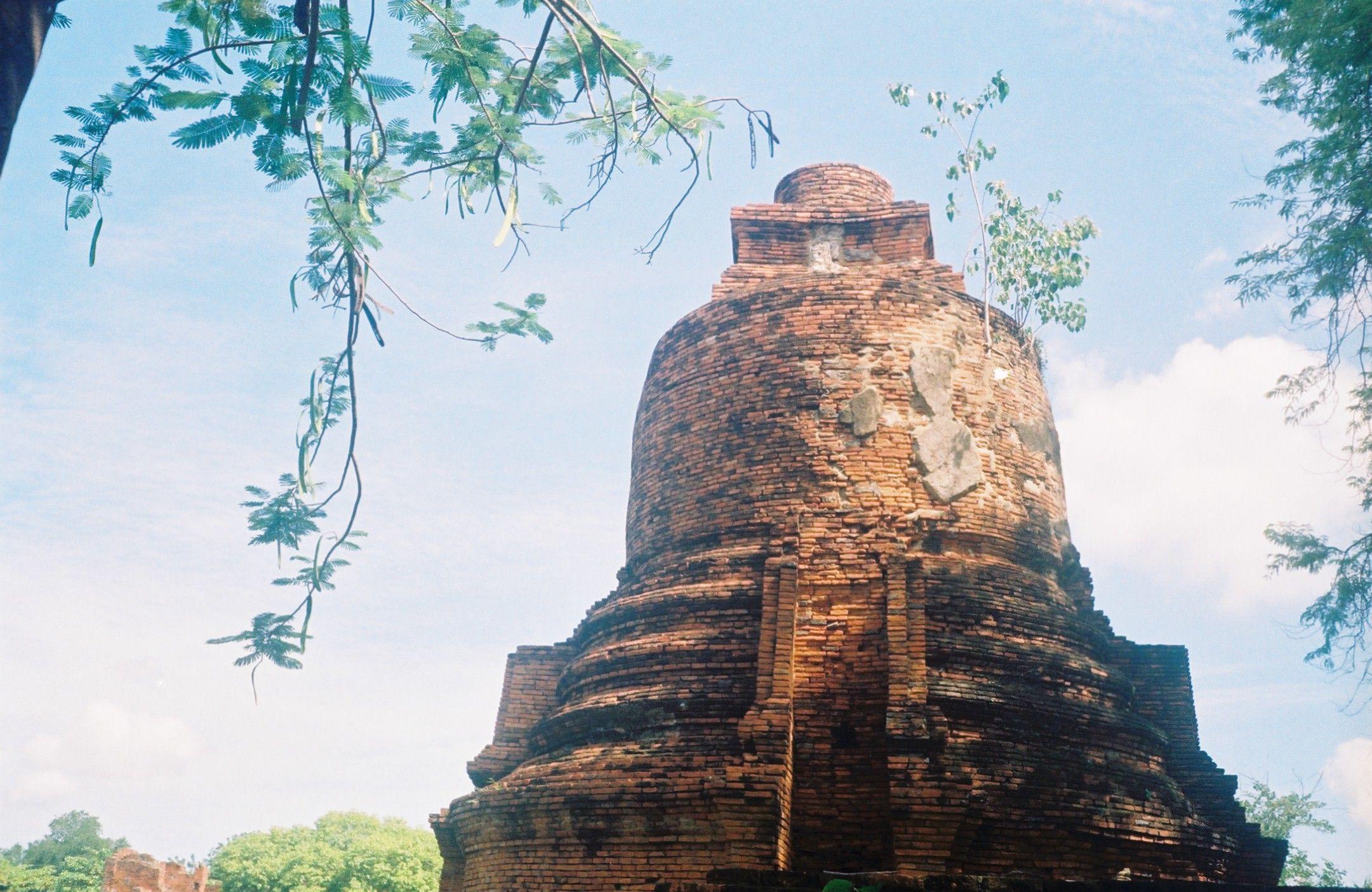 เจดีย์ราย รอบบริเวณพระราชวังโบราณ จังหวัดพระนครศรีอยุธยา  Phra Nakhon Si Ayutthaya, Thailand. This pagoda is at the ancient grand palace, once was the capital of the Kingdom Ayutthaya.  #Olympus #Trip #35 loaded with #Kodak #ProImage #ISO100 #OlympusTrip35  Credit: Myself; @Korapin Lingba