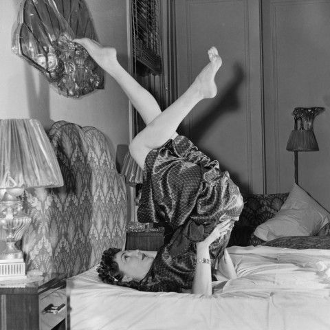 12 abtoning exercises you can do in bed that actually