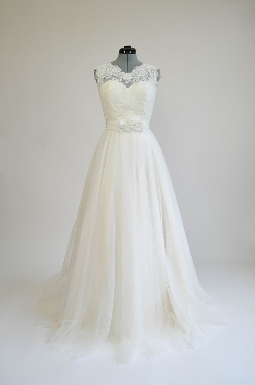 Vintage wedding dress under 500  Ivory sleeveless lace wedding dress with tulle skirts  Tulle skirts