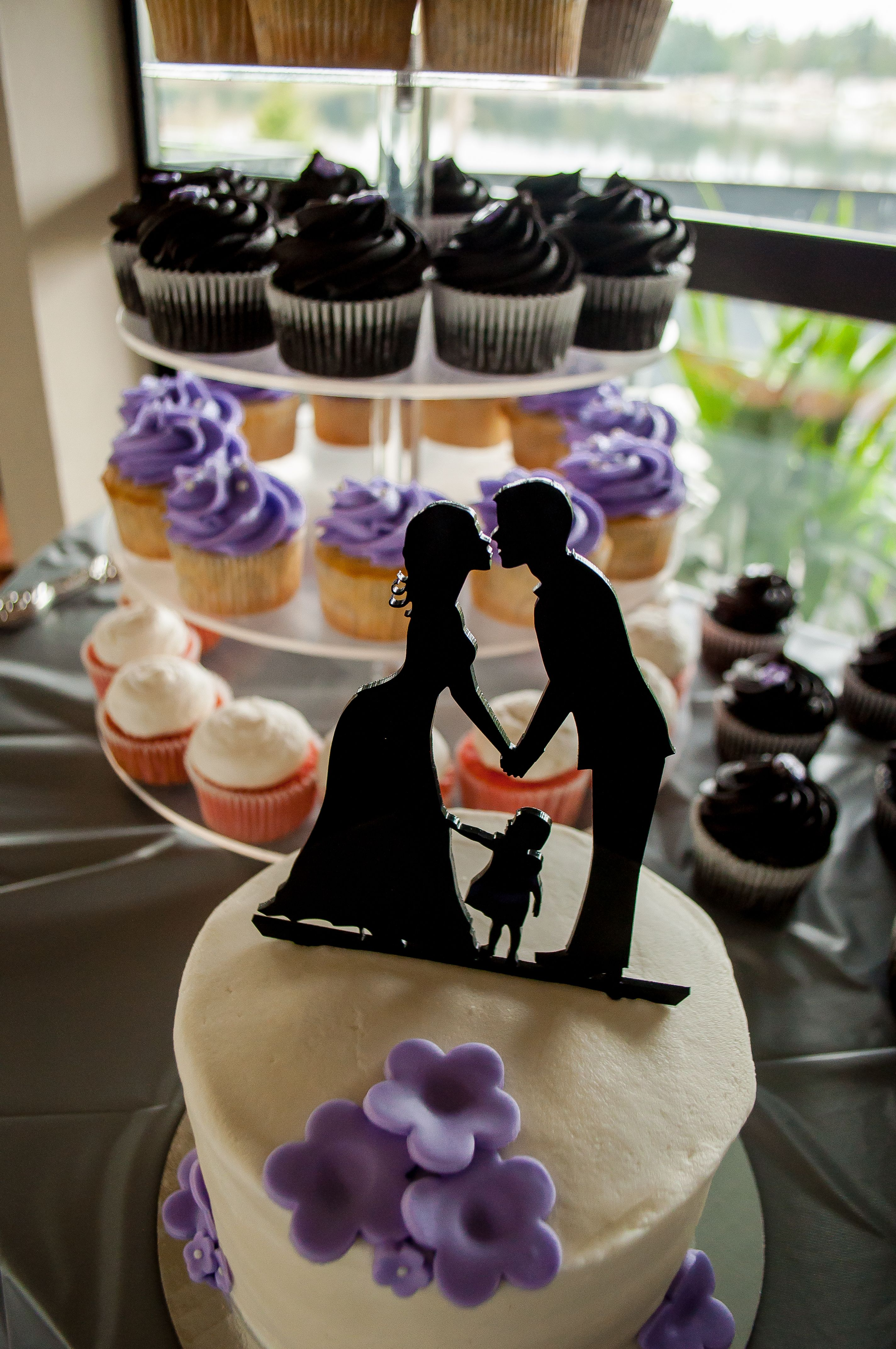 LOVE that this cake topper includes the couple AND their child