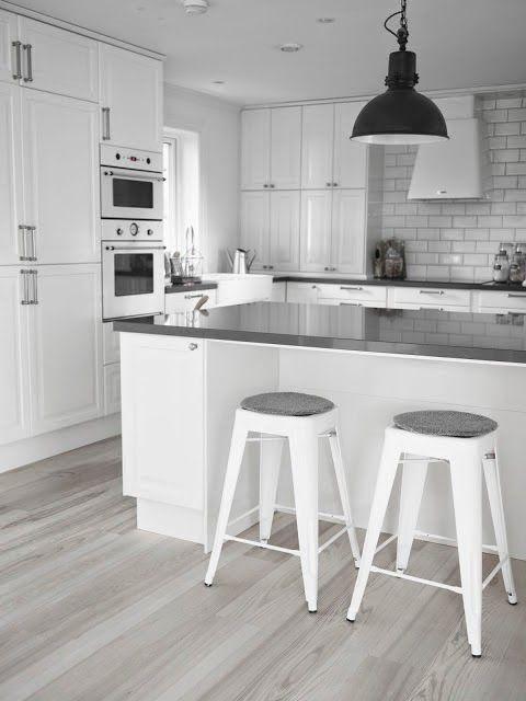 una cocina blanca y gris con office nrdico