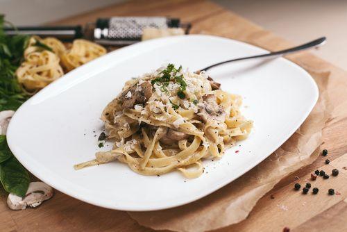 Préparation: 1.Émincez les champignons lavés et séchés. 2.Mettez le beurre fondu avec l'huile d'olive pour faire revenir les champignons pendant 10 minutes à feu doux. 3.En fin de cu…