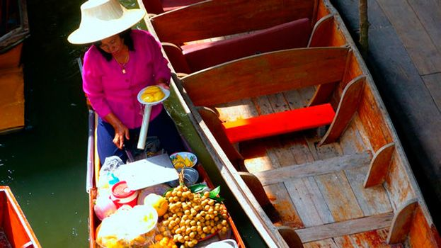El mercado flotante de Damnoen Saduak es una de las atracciones más carismáticas del centro de Tailandia muy cerca de Bangkok. #bangkok #tailandia #mercados #vacaciones #viajar http://ift.tt/2a0xMm4