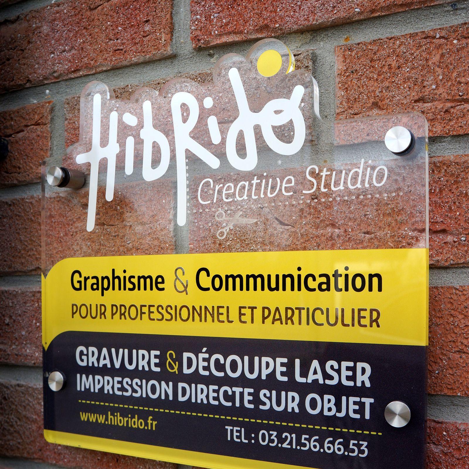 plaque commerciale en plexiglas - découpe et gravure laser et impression UV
