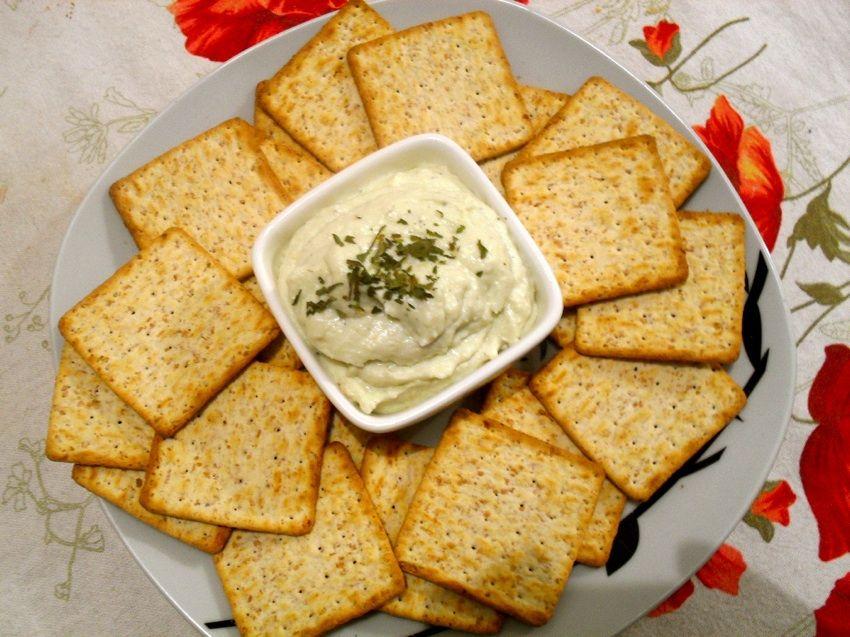 Pasta de gorgonzola com pêra / 100 g de gorgonzola; 200 gramas de ricota; 50 gramas de creme de leite (1/4 da caixinha); 1 pera; 2 colheres (sopa) de açúcar; 1/2 copo de água.