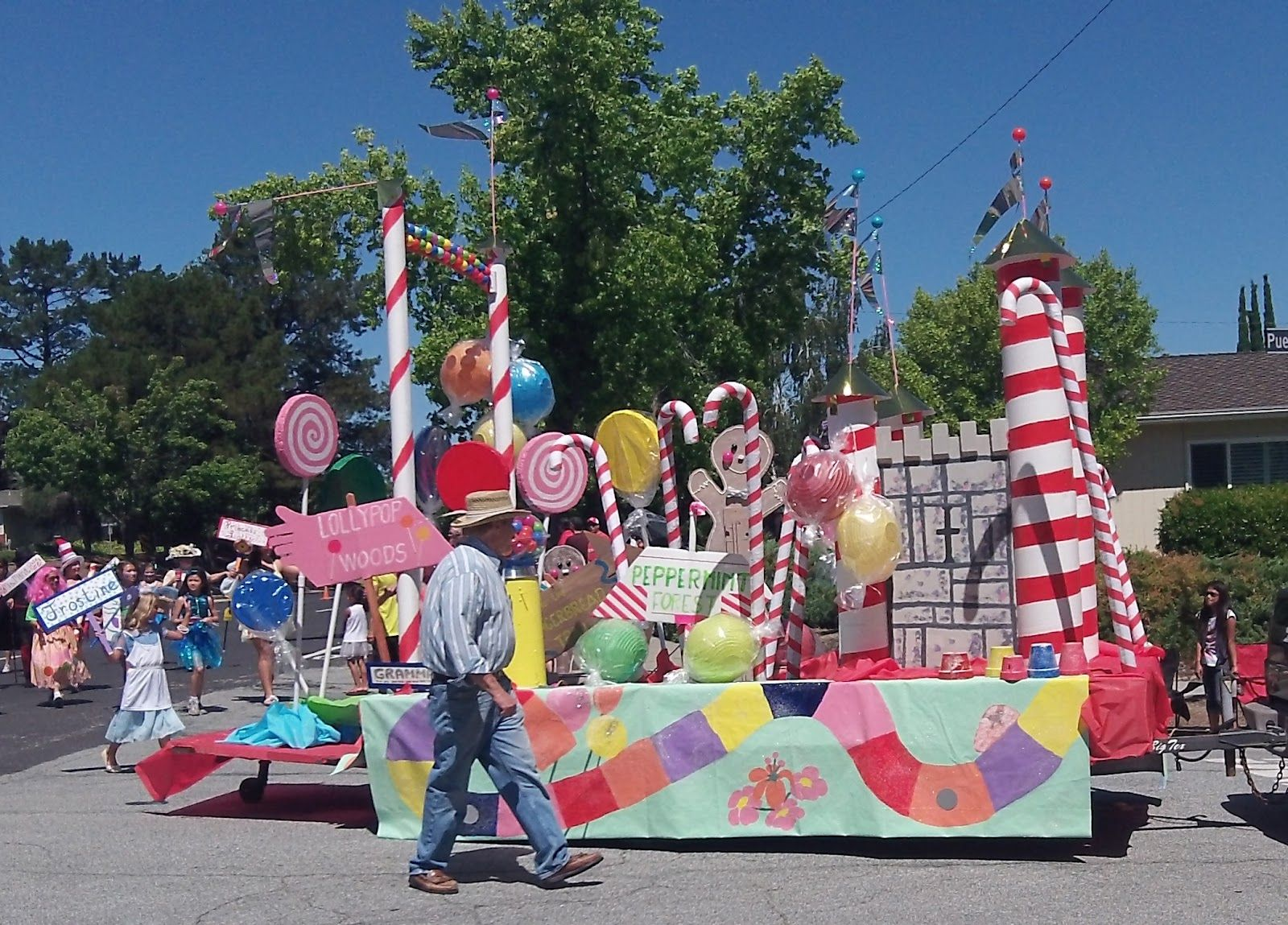 Candy themed parade float lower puerta vallarta for Puerta willy wonka