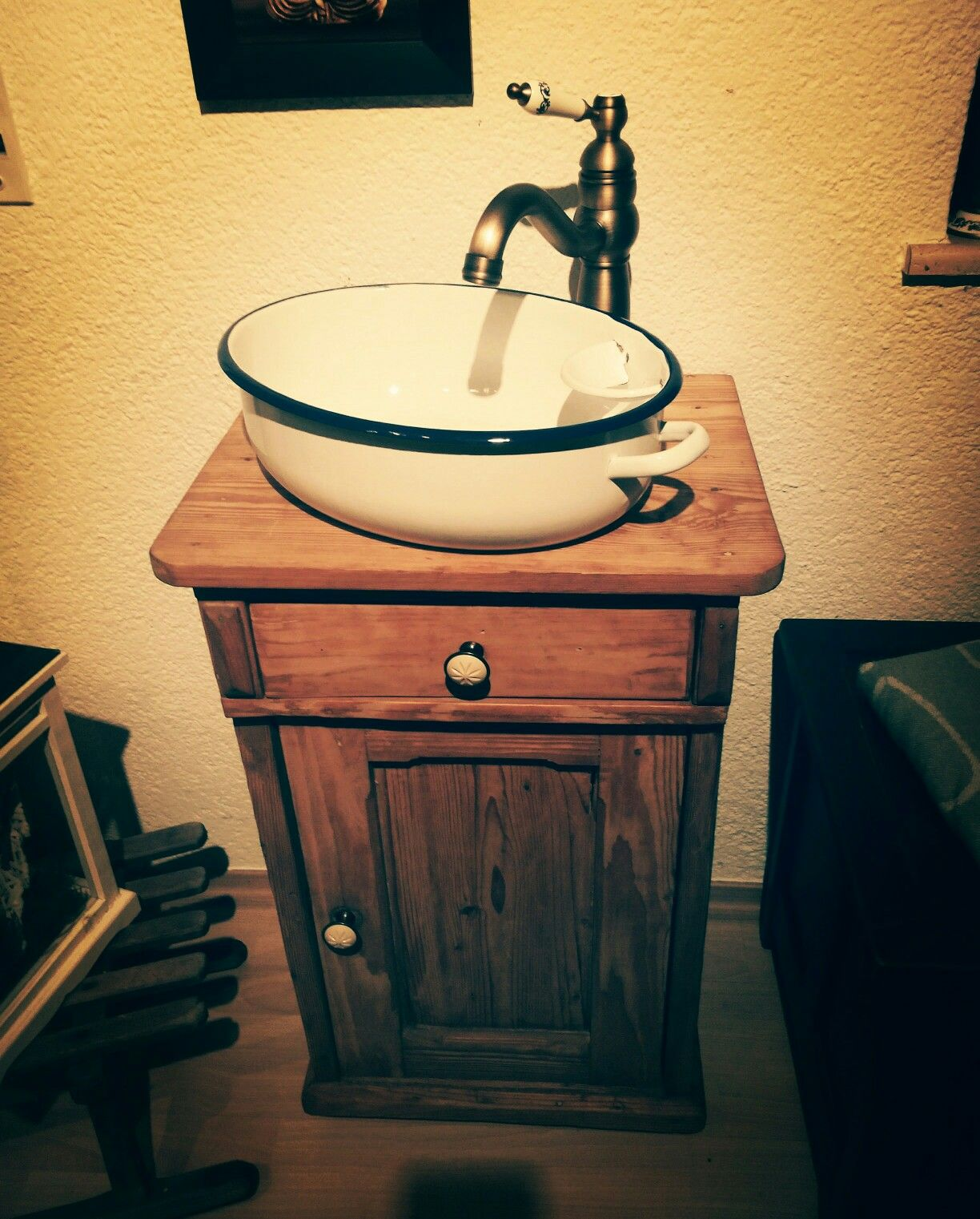 ein diy waschtisch für das gäste wc #emallieschüssel #holzschrank ... - Wohnideen Schwedenhaus