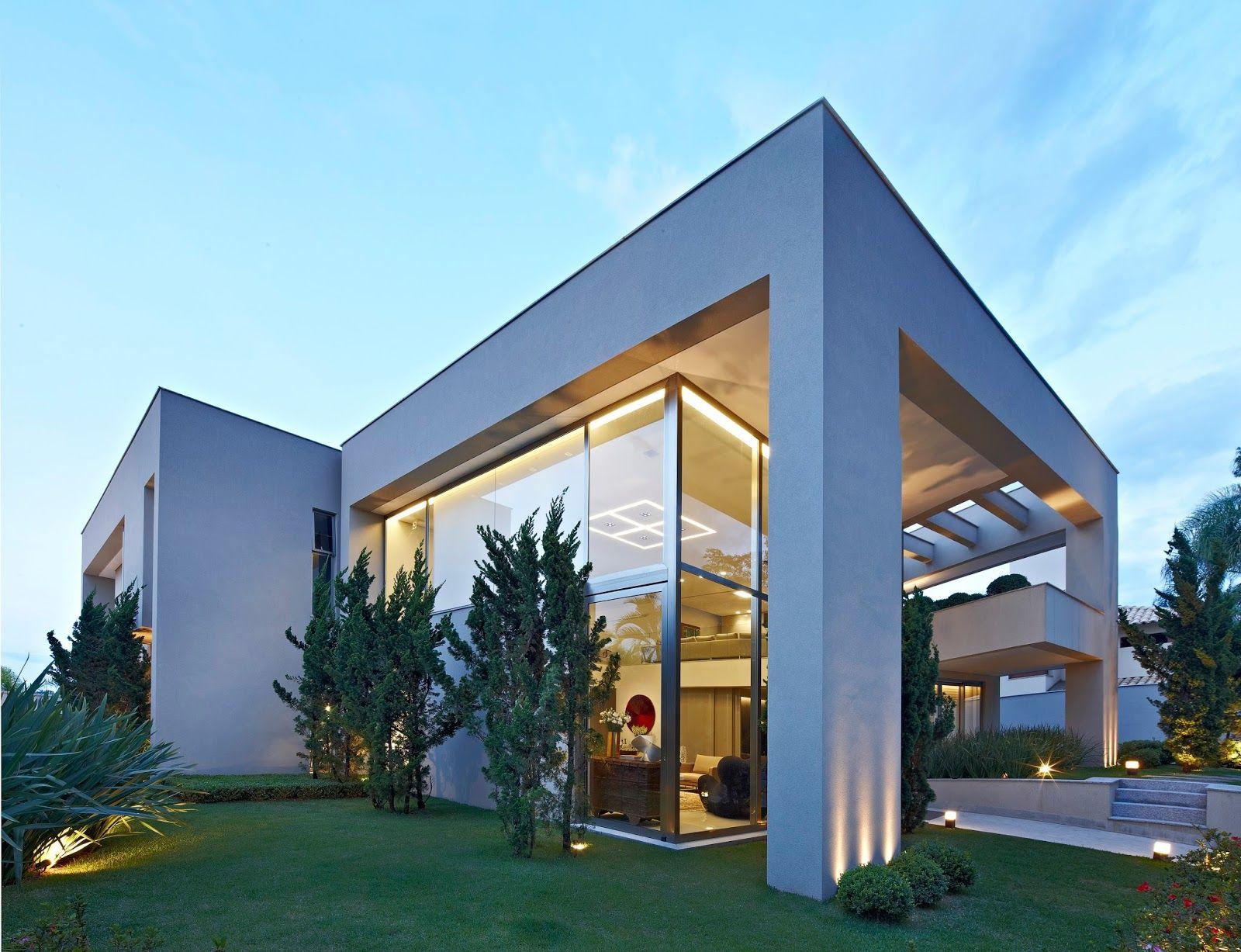 Vamos nos inspirar na decoração de uma casa contemporânea e muito elegante! A fachada possui enormes panos de vidro e o interior espaço e...