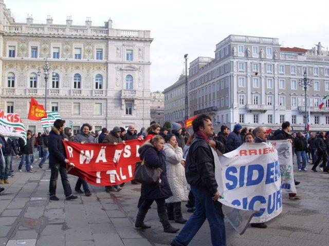 Ferriera, la protesta in Piazza Unità