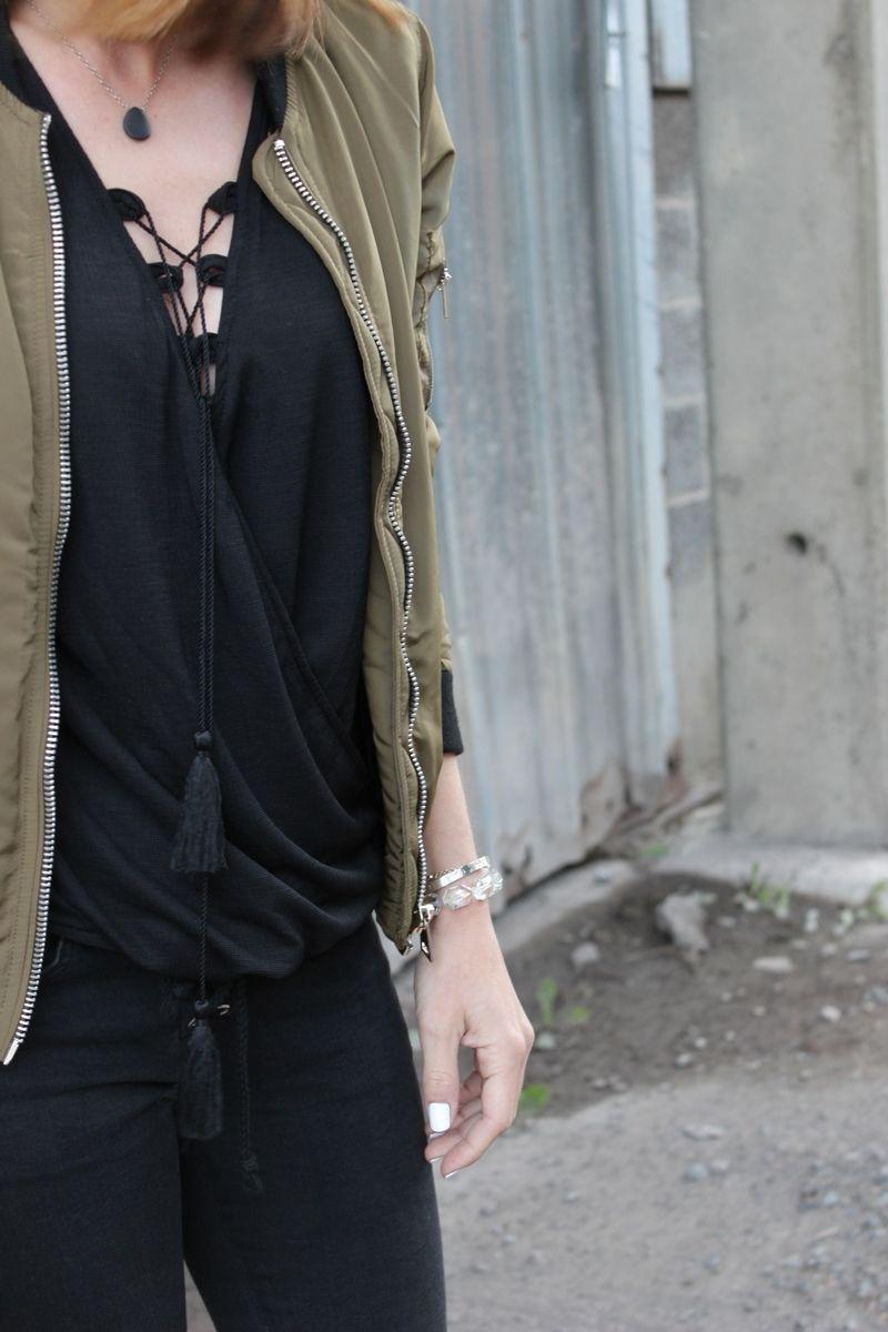 Zoom sur cette jolie #blouse #waffle #babou à 12€ avec liens #pompon que porte @mellelunettes dans son dernier look