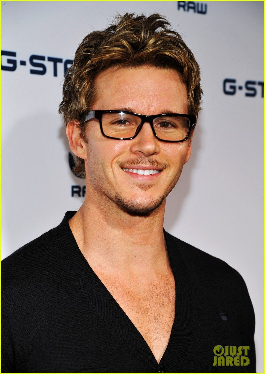727cd724ea8 Sort of digging the glasses on Ryan Kwanten