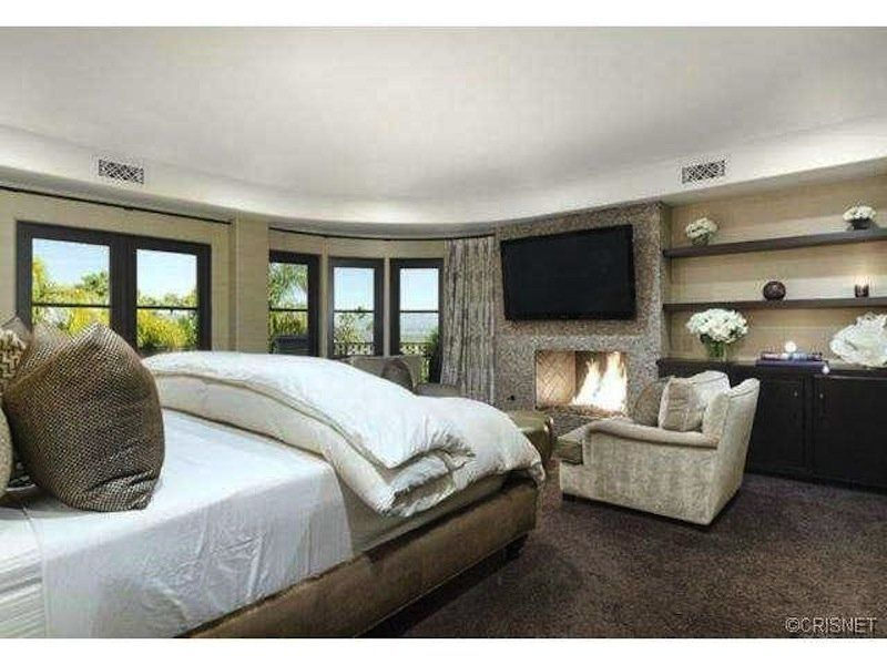 House Of The Day Khloe Kardashian And Lamar Odom List Their Famous Mansion For 5 5 Million Khloe Kardashian House Kardashian Home Khloe Kardashian Bedroom