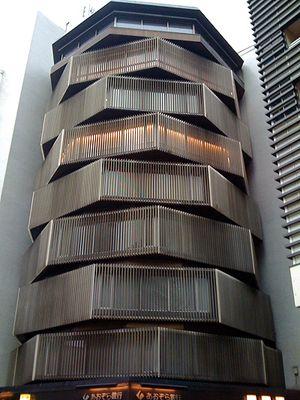 O Yasuyo Building é um dos ícones de arquitetura de Tokyo. Localizado no bairro de Shinjuku, o prédio de apenas 9 andares tem forma octogonal e seu projeto é assinado pelo arquiteto Yoshiro Taniguchi.