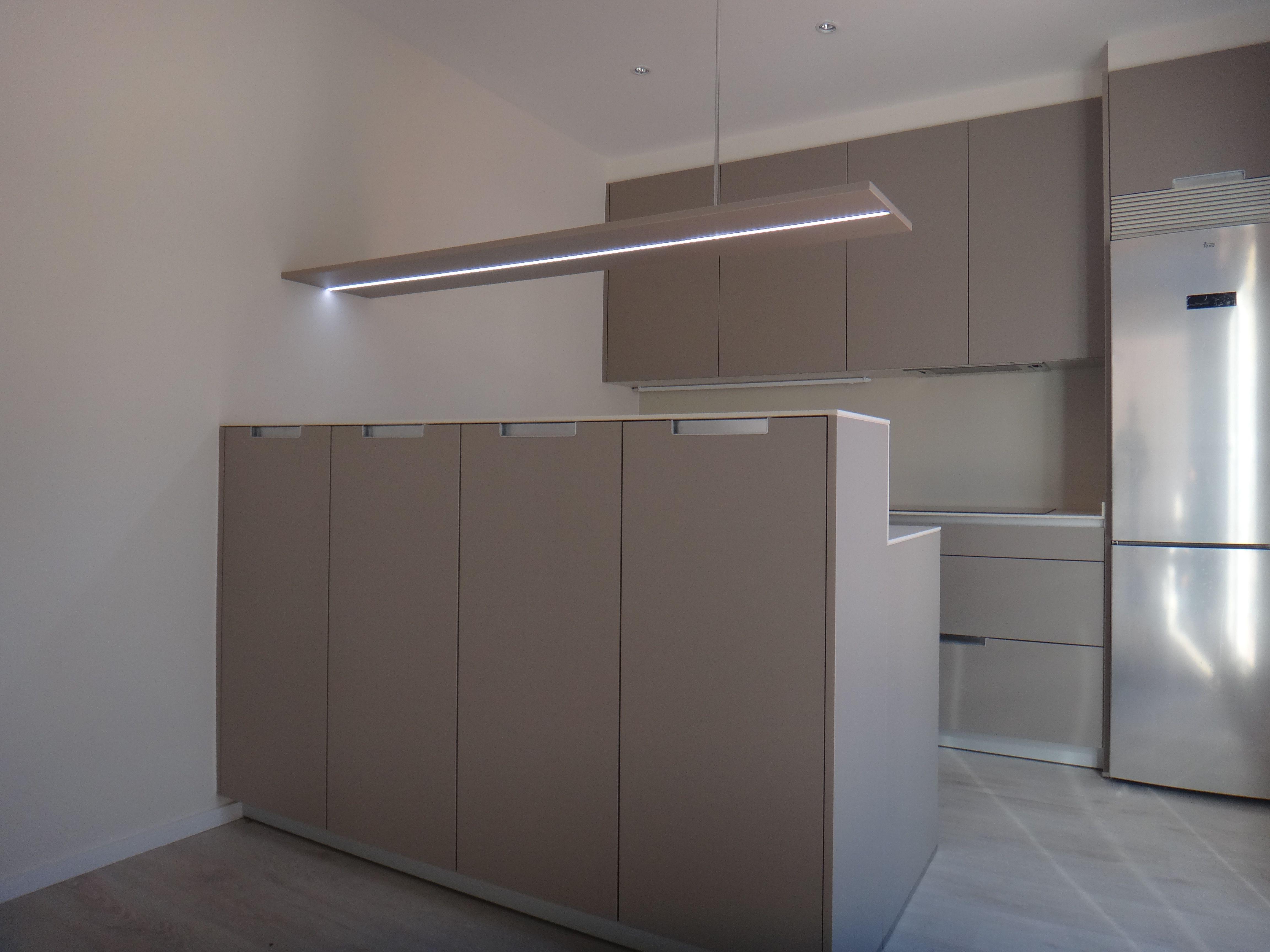 cocina SANTOS en acabado SEDA con estante integrado con iluminación ...