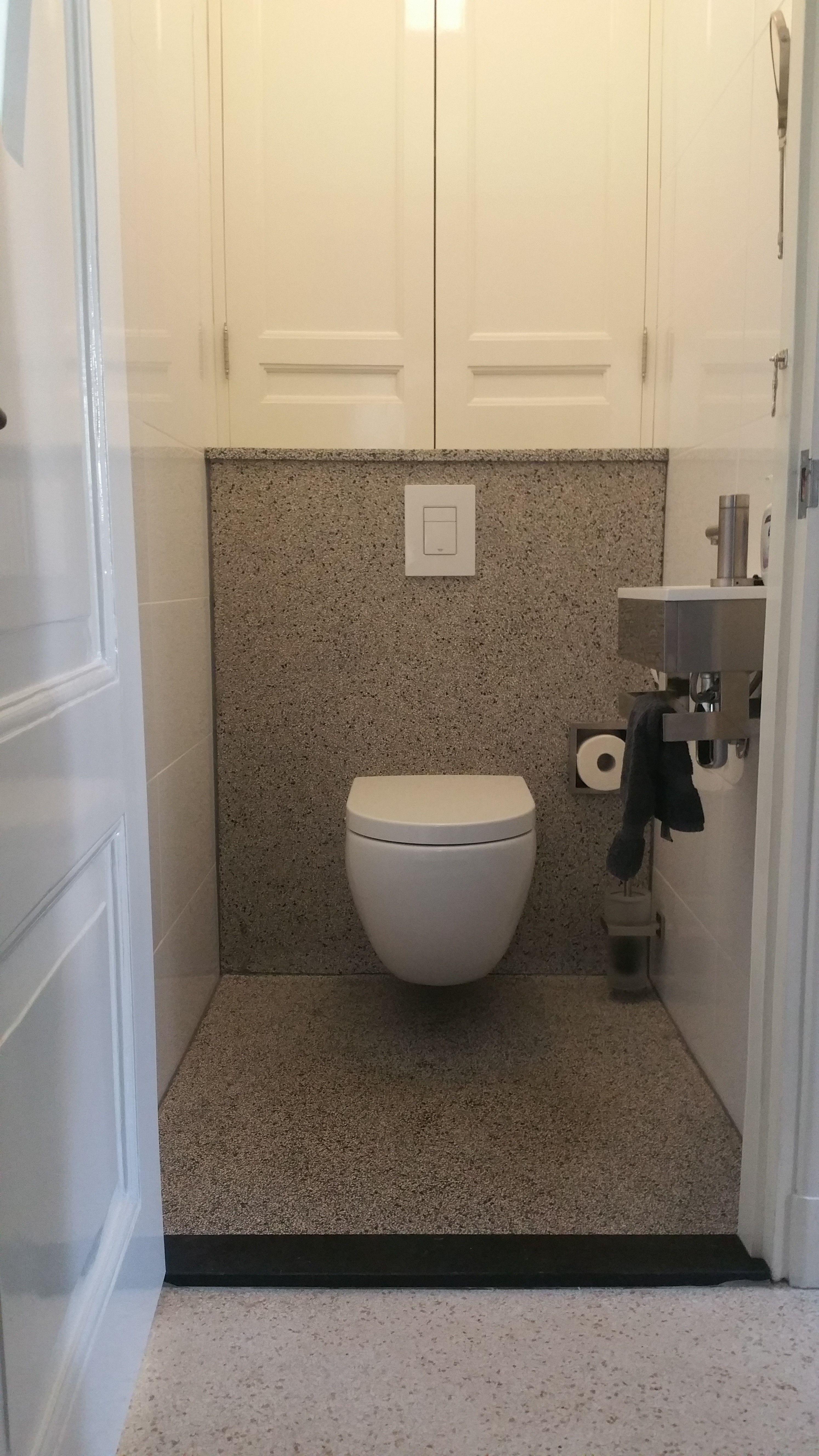 Toilet met terrazzo vloer en achterwand | Badkamer | Pinterest ...