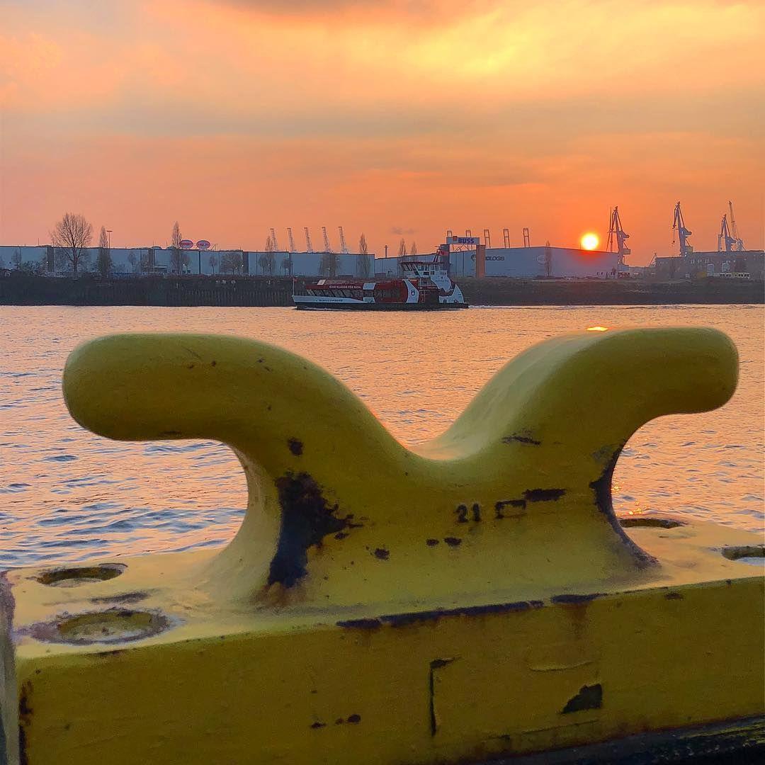 #hafenhamburg #hafenfähre #hafenkräne #ponton #sunset #schönstestadtderwelthamburg #hafenstadt #hafenliebe #hh #hamburgmeineperle #moin #welovehamburg #welovehh #wearehamburg #hamburg_de #typischhamburch #harbour #hamburgharbour #torzurwelt #portofhamburg #port #elbe #unserhafen #hamburg #ahoi #sonnenuntergang #040 #hamburgliebe #hamburglove