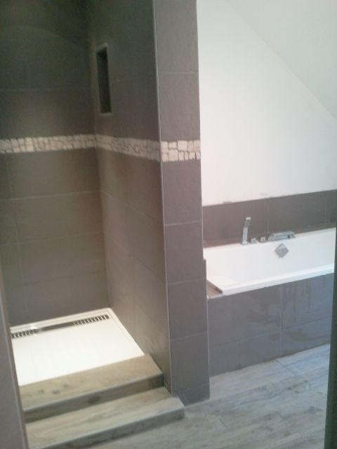 Carrelage gr s cerame marron frise galet id es mat riaux for Materiaux plafond salle de bain