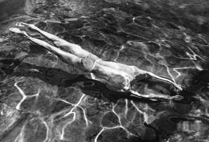 ANDRE KERTESZ -Swimmer Under Water (1917, Hungary)