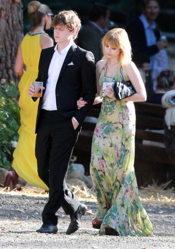 Pin By Christina Ray On Celebrity Street Style Emma Roberts Celebs Evan Peters
