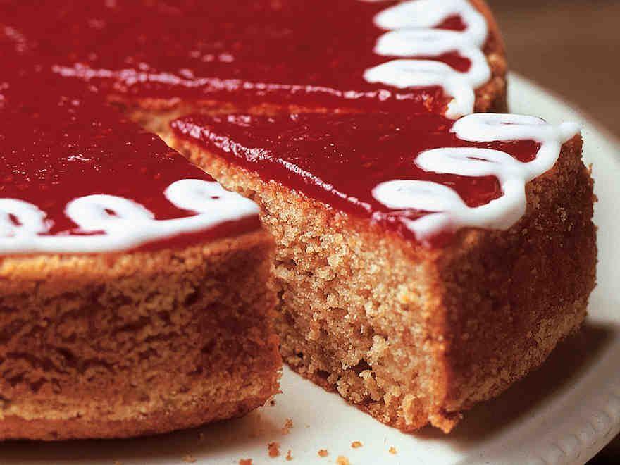 Runebergin kakku - Reseptit Lisäsin mantelirouhetta ja vähensin hieman vahnäjauhoja. Unelmahyvä.
