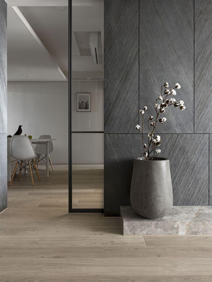 Gillar stenen på golv och inbyggd dör i glas Livingroom