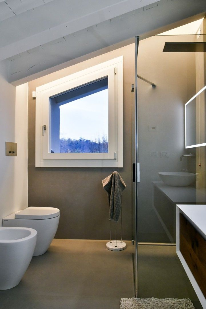 Piccolo bagno con rivestimento in resina | resina | Pinterest | Bath ...