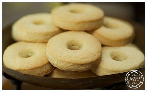 Macine250 gr Farina 25 gr Maizena 75 gr Zucchero a velo 100 gr Burro 1 Uovo 3 cucchiai Panna ½ bustina Lievito Sale