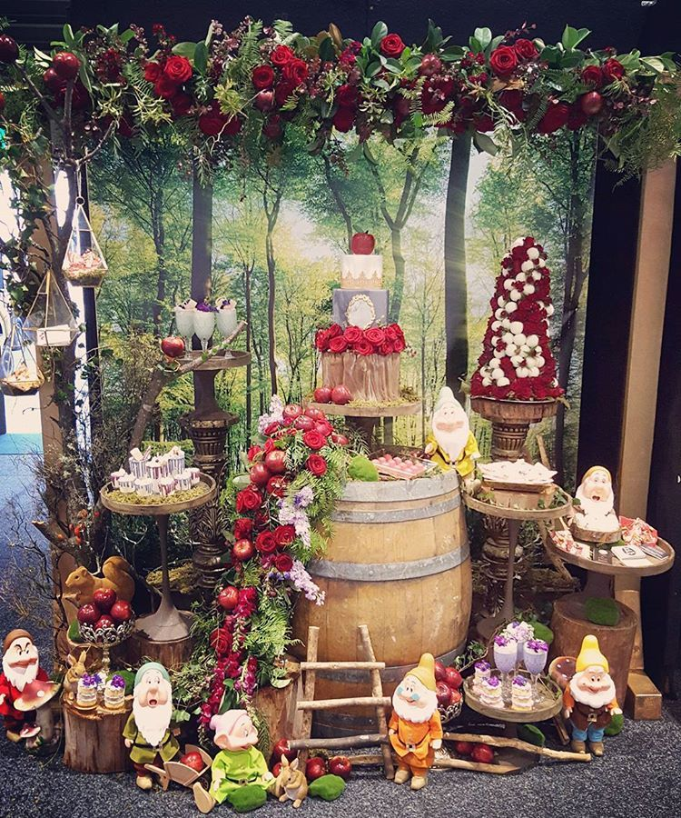 ♢Snow white In Enchanted Forest ♢ Styling at The Dessert table show case This weekend @cakebakesweets @confettifair Amazing Vendors… #snowwhite