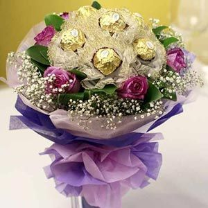 Bouquet Of 6 Purple Roses And 6 Ferrero Rocher Chocolates Sweet Chocolate Bouquet Diy Chocolate Bouquet Chocolate Flowers Bouquet