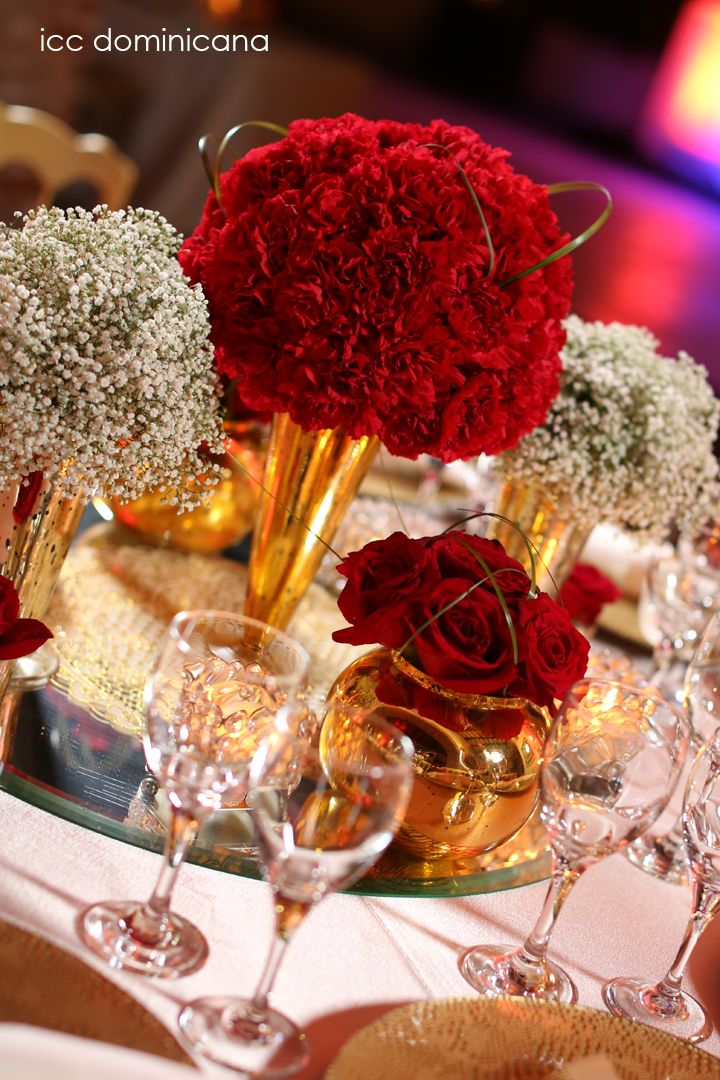 Red wedding centerpieces with gold details bodas