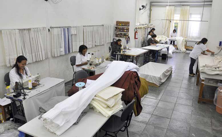 Casa Mineira possui fábrica própria de colchas, cortinas