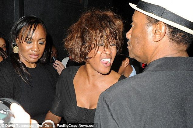 Houston we have a problem... again! Whitney emerges from a nightclub looking extremely worse for wear | Whitney houston, Celebrities, Whitney