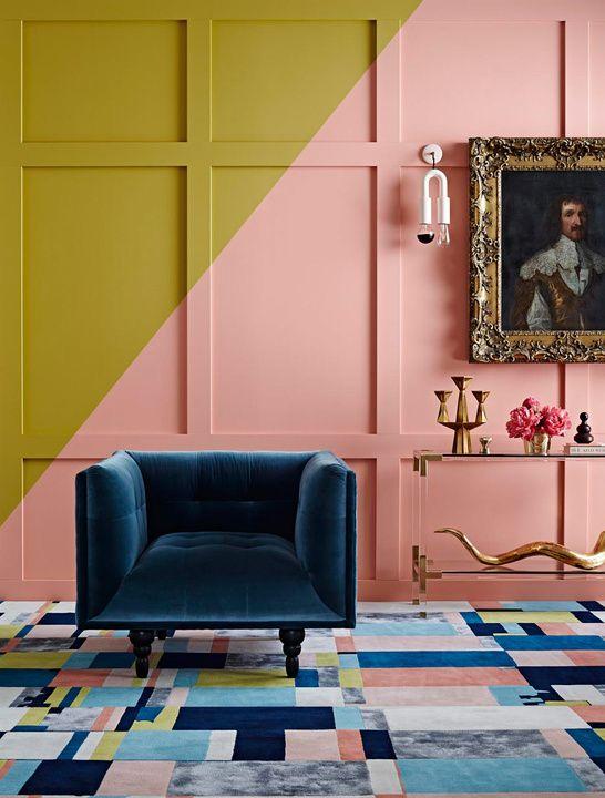 sofá de terciopelo en color azul lapislázuli; paredes pintadas en ...