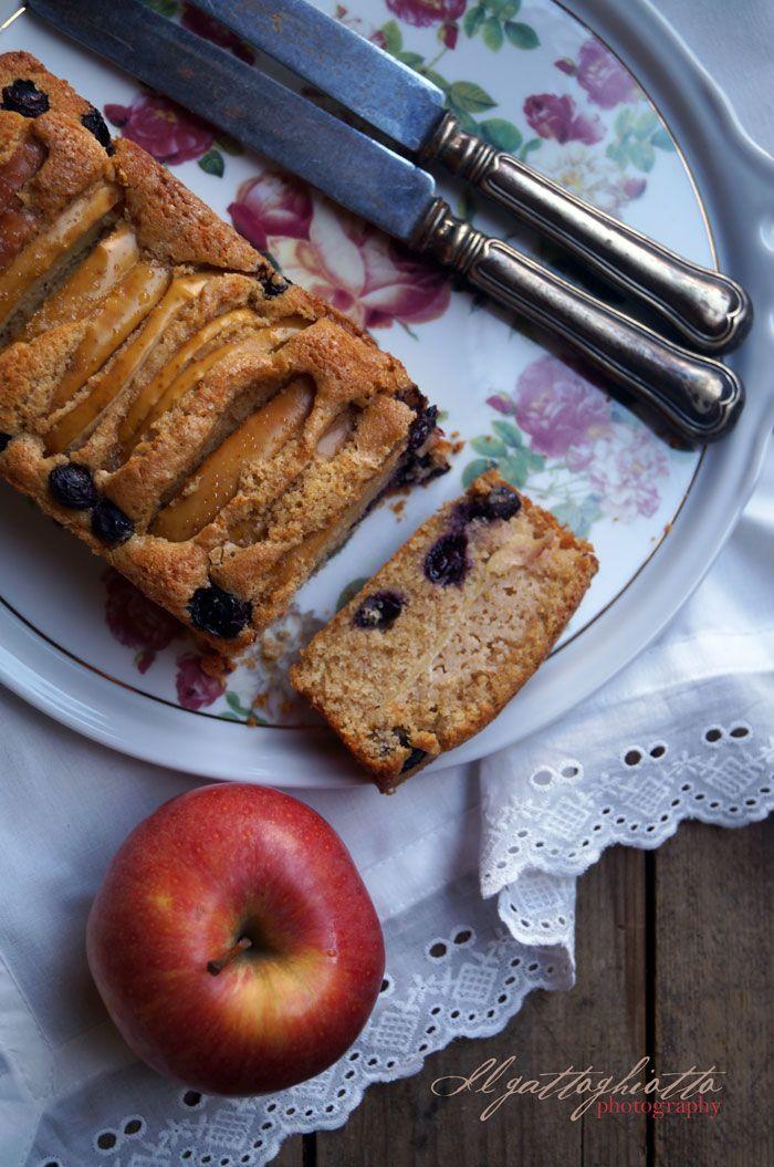 il gattoghiotto: Sweet friday: Cake con mele, mirtilli e crème fraiche