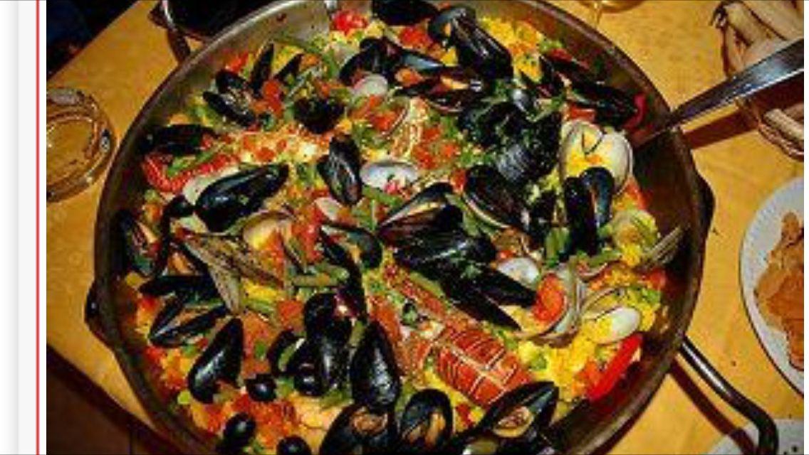 Paella comida típica española=carne, pescado, verduras y arroz