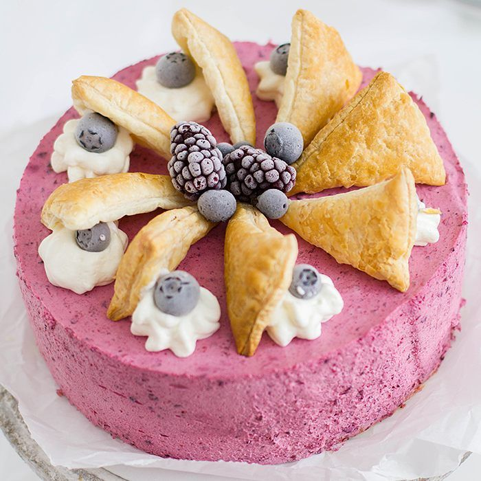 Very Berry Cake with Cream Puffs  BeerenSahneTorte mithellip